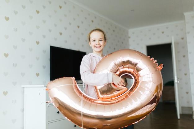 Giovane graziosa ragazza di compleanno. Foto Premium