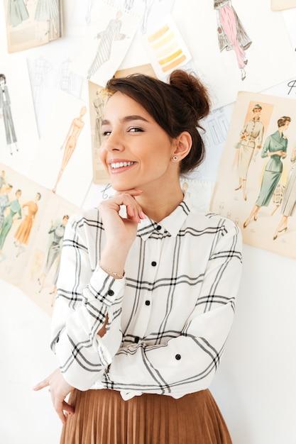 Giovane illustratore di moda donna felice Foto Gratuite