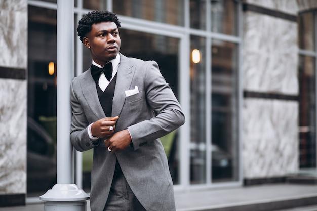 Giovane imprenditore africano in abito di classe Foto Gratuite
