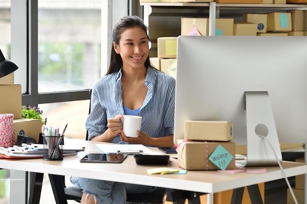 Giovane imprenditore asiatico imprenditore che lavora con il computer a casa Foto Premium