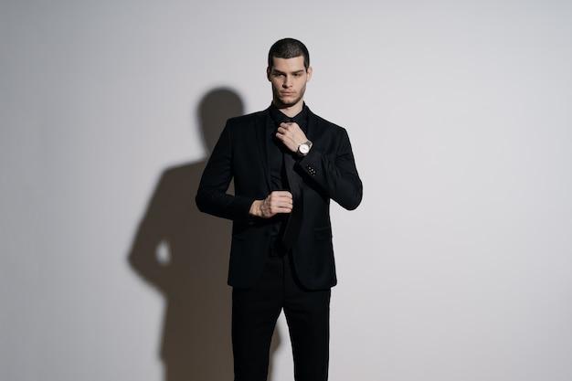 Giovane imprenditore bello in camicia nera e abito nero Foto Gratuite