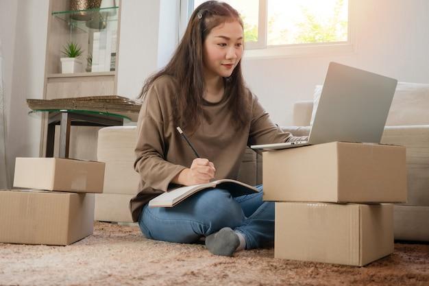 Giovane imprenditore, seduto sul pavimento e lavorando a casa. Foto Premium