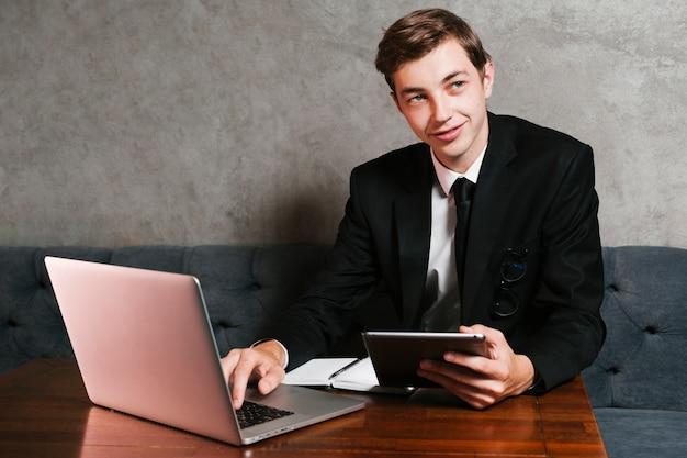 Giovane imprenditore sul posto di lavoro Foto Gratuite
