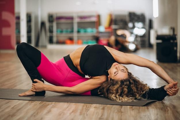 Giovane istruttore di yoga presso il centro fitness Foto Gratuite