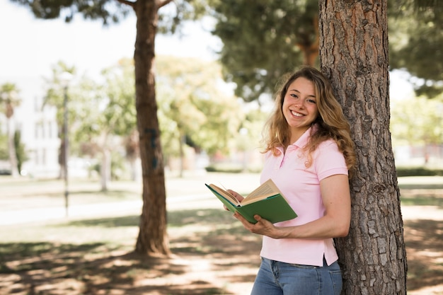 Giovane libro di lettura della ragazza dell'adolescente in parco Foto Gratuite