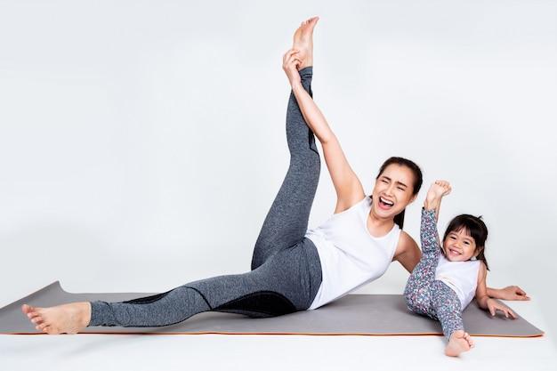Giovane madre che prepara figlia adorabile con relativo alla ginnastica Foto Gratuite