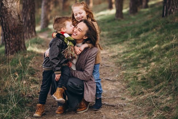 Giovane madre con figlia e figlio nella foresta Foto Gratuite