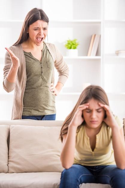 Giovane madre in una discussione con sua figlia adolescente. Foto Premium