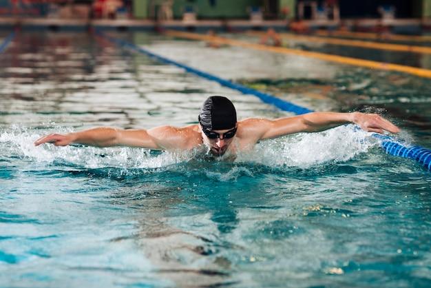 Giovane maschio all'addestramento della piscina Foto Gratuite