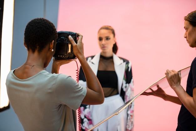 Giovane modello che posa per la macchina fotografica in uno studio Foto Premium