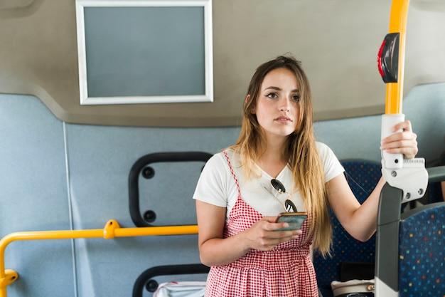 Giovane modello femminile nel bus Foto Gratuite
