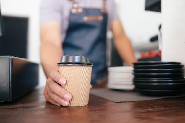 Giovane proprietario del servizio clienti caffetteria. Foto Premium