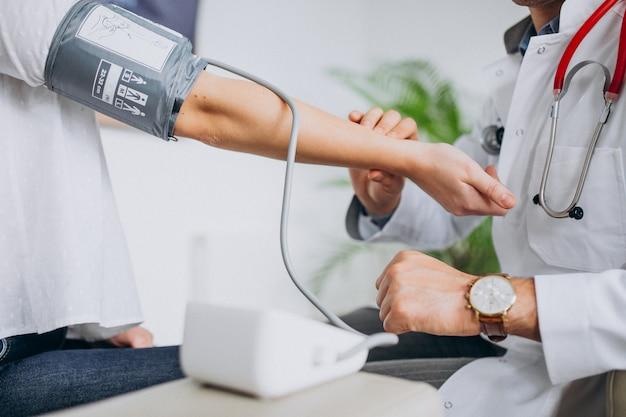 Giovane psichiatra maschio con la pressione sanguigna di misurazione paziente Foto Gratuite