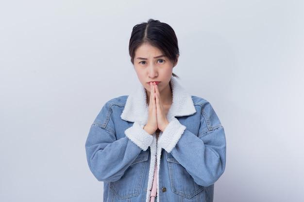 Giovane ragazza asiatica che indossa il ritratto blu dell'abbigliamento casual in studio Foto Premium
