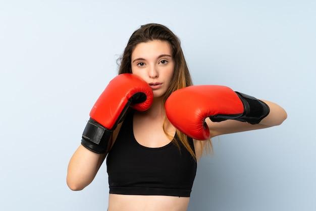 Giovane ragazza bruna con guantoni da boxe Foto Premium