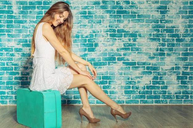 Giovane ragazza carina con la valigia Foto Premium