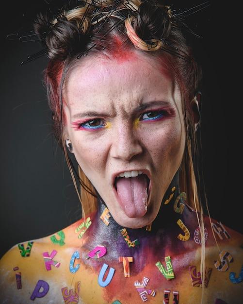 Giovane ragazza con il trucco creativo alfabeto Foto Premium