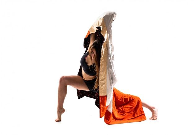 Giovane ragazza di danza con kimono Foto Premium