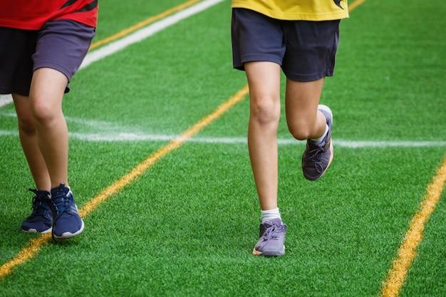 Giovane ragazza di sport che funziona sul campo di sport Foto Premium