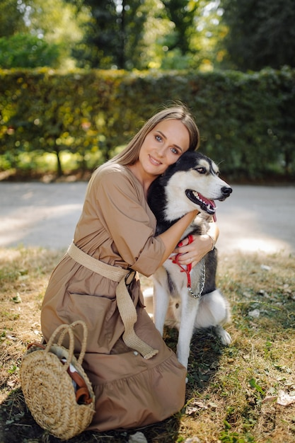 Giovane ragazza e husky Foto Gratuite