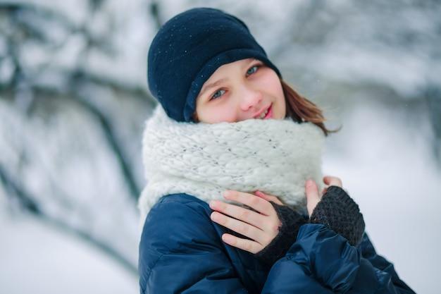 Giovane ragazza in una lunga sciarpa bianca Foto Premium