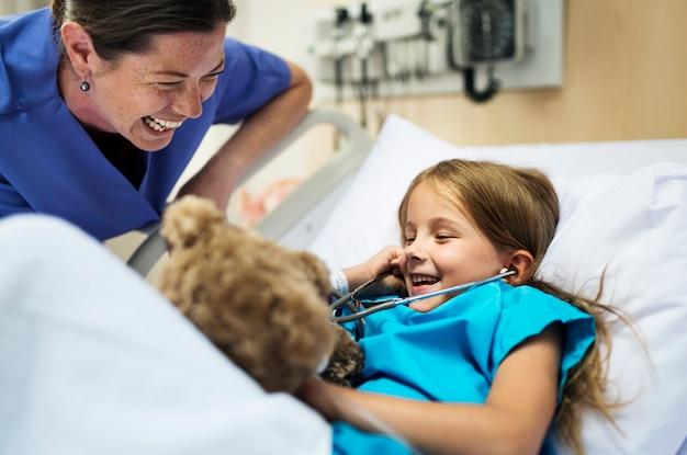 Giovane ragazza malata che soggiornano in un ospedale Foto Gratuite