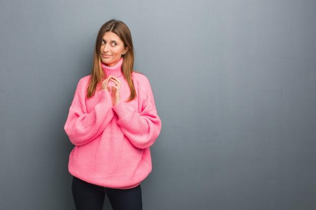 Giovane ragazza russa naturale che idea un piano Foto Premium