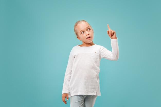 Giovane ragazza teenager premurosa seria. concetto di dubbio. Foto Gratuite