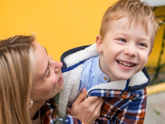 Giovane ragazzo adorabile del primo piano e sua madre Foto Gratuite