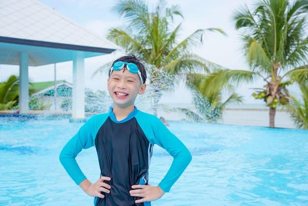 Costume Da Bagno Ragazzo : Giovane ragazzo asiatico in costume da bagno sorridente alla