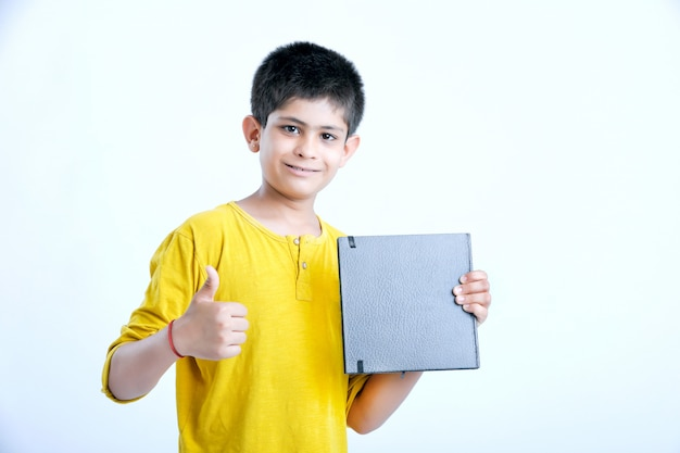 Giovane ragazzo carino indiano con notebook Foto Premium