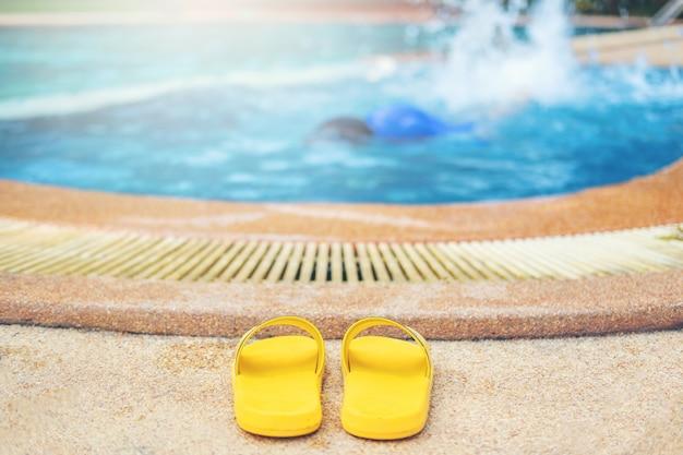 Giovane ragazzo che annega in piscina Foto Premium