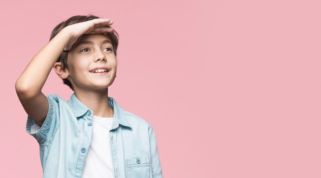 Giovane ragazzo che osserva via con copia-spazio Foto Gratuite