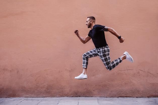 Giovane ragazzo che salta sulla strada Foto Premium