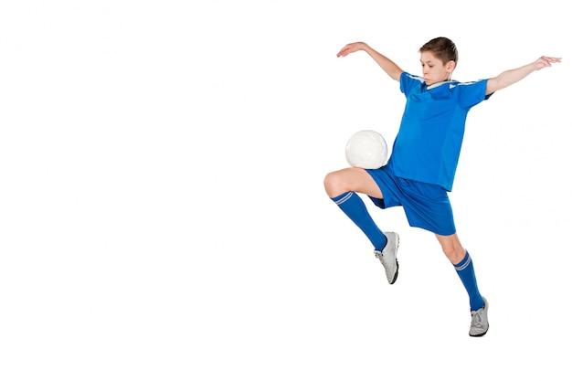 Giovane ragazzo con pallone da calcio che fa scossa di volo Foto Gratuite