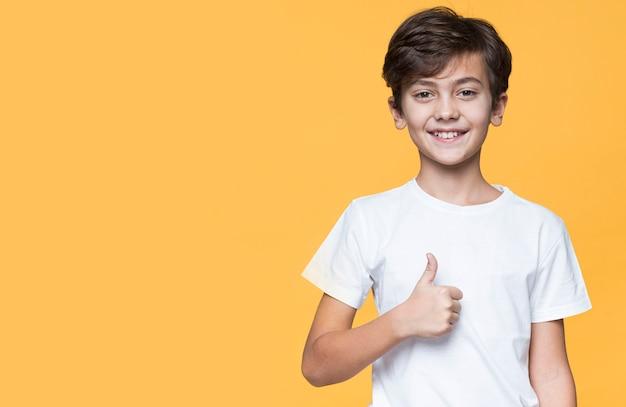 Giovane ragazzo dello copia-spazio che mostra segno giusto Foto Gratuite
