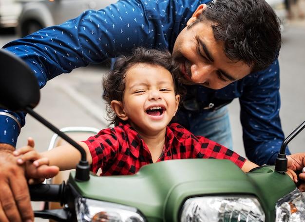Giovane ragazzo indiano in sella alla motobike Foto Premium