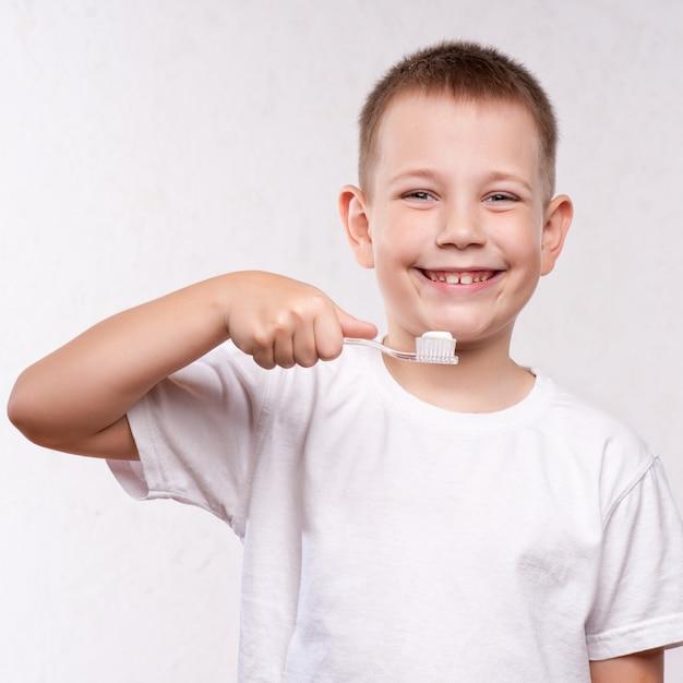 Giovane ragazzo lavarsi i denti Foto Premium