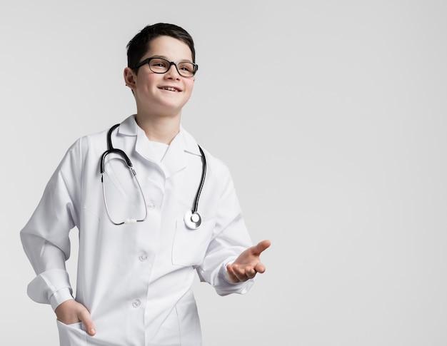 Giovane ragazzo sveglio agghindato come medico Foto Gratuite