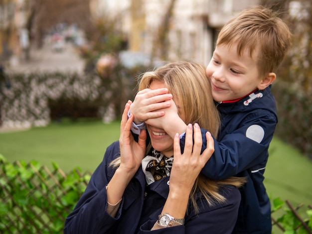 Giovane ragazzo sveglio che sorprende sua madre Foto Gratuite
