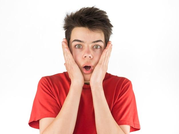 Giovane ragazzo sveglio in maglietta rossa che è spaventata Foto Gratuite