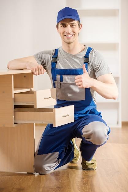 Giovane riparatore che monta il nuovo interno della tavola a casa. Foto Premium