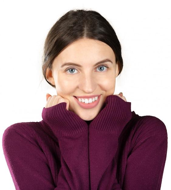 Giovane ritratto caucasico bello della donna isolato su fondo bianco Foto Premium
