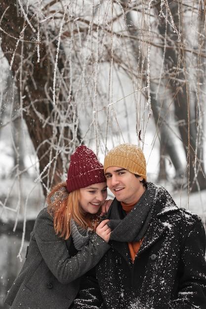 Giovane ritratto delle coppie in inverno Foto Gratuite