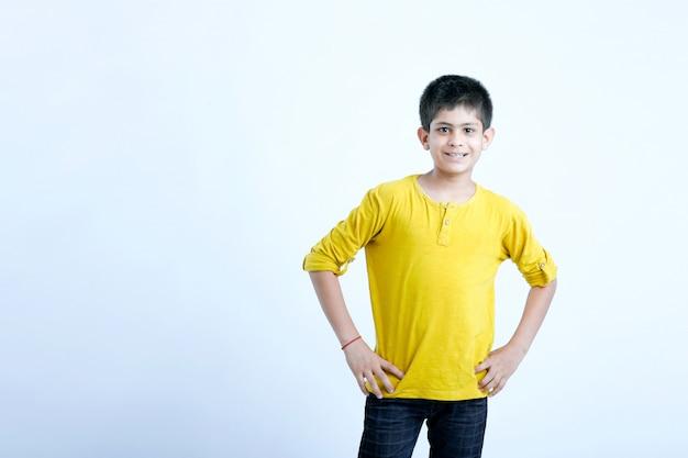 Giovane ritratto di bambino carino indiano Foto Premium