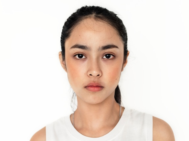 Giovane ritratto di ragazza asiatica isolato Foto Gratuite