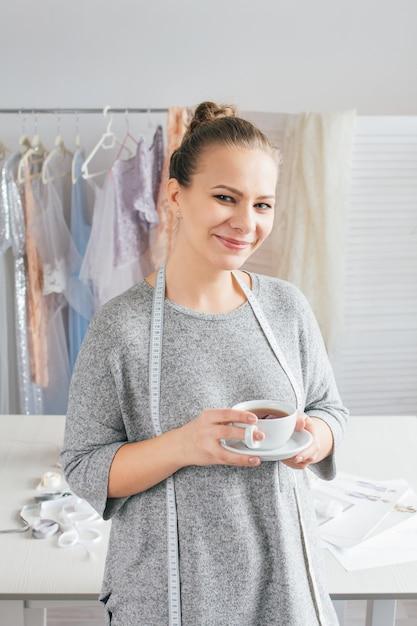 Giovane sarta una pausa con una tazza di tè Foto Premium