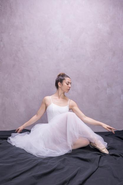 Giovane seduta della ballerina di vista frontale Foto Gratuite