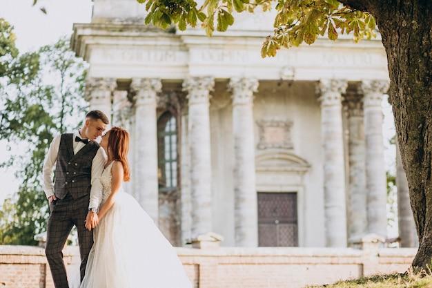 Giovane sessione di foto di matrimonio delle coppie fuori Foto Gratuite