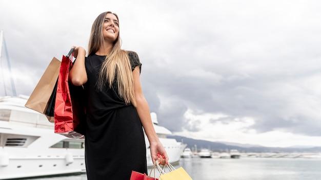 Giovane signora che mostra la sua felicità di acquisto Foto Gratuite